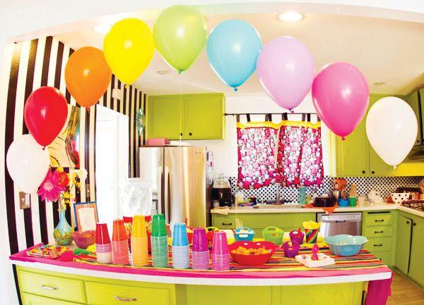 """Crea un """"marco"""" para la mesa en una fiesta arcoiris con globos inflados con helio, de los colores del arcoiris, por supuesto! / Create a frame for the table at a rainbow party with helium balloons, the colours of the rainbow, of course!"""