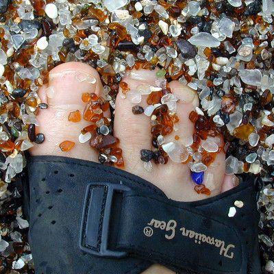 To zdjęcie szklanego piasku na hawajskiej plaży. W jaki sposób taki piasek powstaje? z odpadków pozostawionych przez ludzi! Szklany piasek powstaje z rozbitych butelek, których kawałki są następnie obracane, rozdrabniane i wygładzane przez fale. Na świecie istnieje kilka szklanych plaż utworzonych niemal w całości z takiego piasku - w miejscach, gdzie istniały dawniej dzikie wysypiska śmieci. Najbardziej znane szklane plaże znajdują się nieopodal Honolulu i Los Angeles.