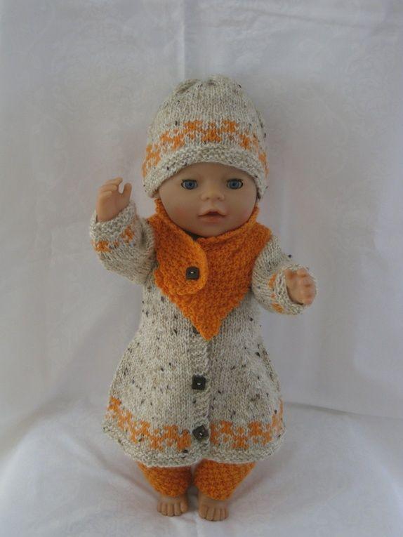 Settet består strikket ullbukse ,kåpe ,skjerf og lue.Strikket i beige tweedgarn og orange. Blåklokka