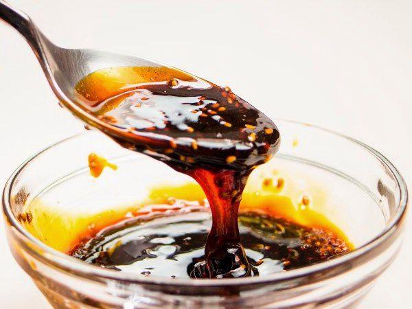 СОУС ТЕРИЯКИ    Как приготовить соус Терияки в домашних условиях? Рецепт простой, готовится классический соус из простых продуктов, в оригинальном составе Терияки: соевый соус, коричневый сахар и рисовое вино мирин или саке. Оригинальный ингредиент – рисовое вино – легко заменяется на более доступный компонент: сухое, десертное вино, вермут.      Предлагаем простой рецепт соуса Терияки. Приготовить в домашних условиях соус с настоящим японским акцентом просто. Соус получается не менее…