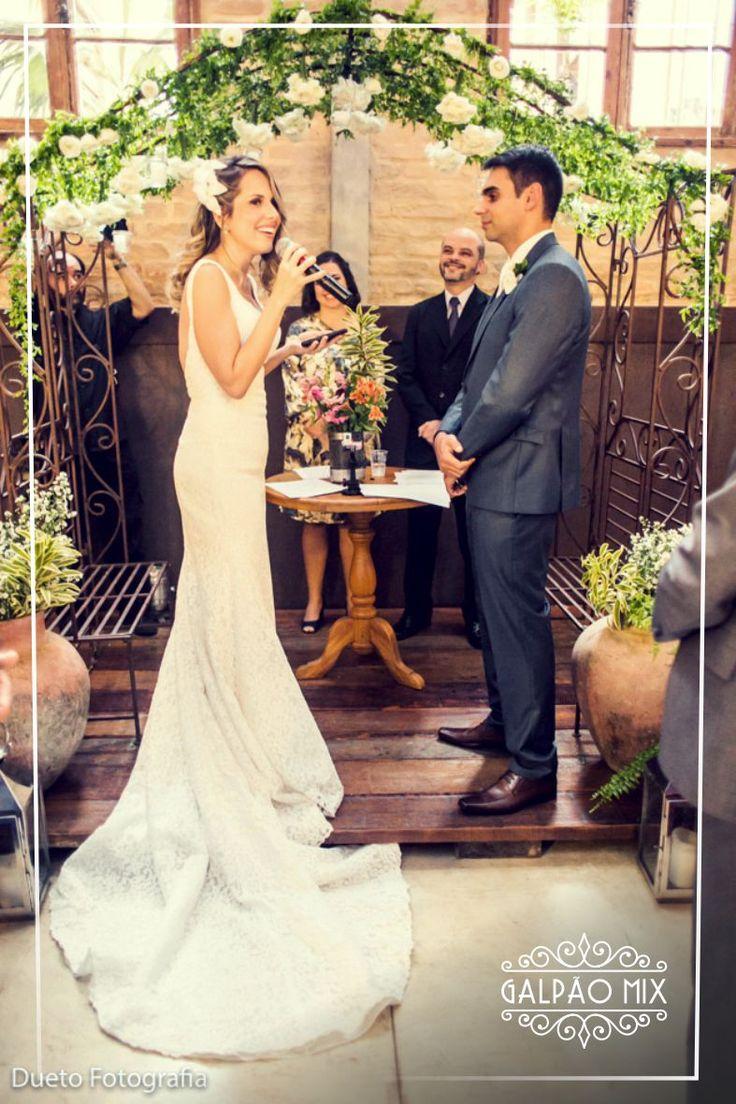 A Érica e o Rodrigo se casaram no dia 16 de Julho de 2016 aqui no Galpão Mix. O casório lindo e especial destes noivos super queridos foi personalizado, romântico e muito florido.  A cerimônia aconteceu no salão principal do Galpão Mix, e o altar foi montado em cima do lago de carpas. #galpaomix #galpaomixpenedorj #penedo #penedorj #espacoparaeventos#casamento #wedding #miniwedding #destinationwedding #decoracao#decoracaodecasamento #rusticochic