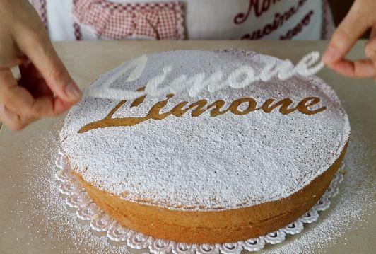 come fare la torta soffice al limone, torta senza burro, senza latte, con una deliziosa crema al limone. Ricetta facile e veloce