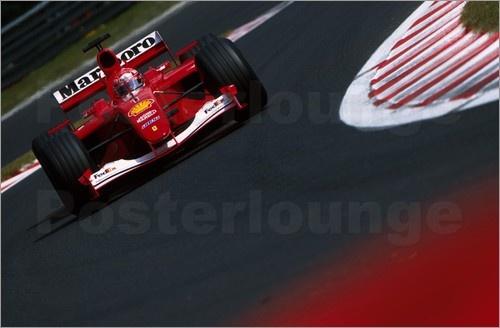Der erfolgreichste Pilot in der Geschichte der Formel 1 ist Michael Schumacher. Er konnte insgesamt 7 Weltmeistertitel erlangen. Auch heute erinnert ein Poster an die Erfolge des Rennfahrers.