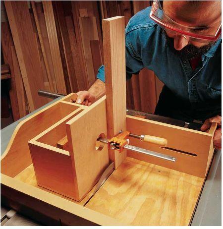 Um gabarito para serra circular de mesa que todos deveriam ter:          http://www.popularwoodworking.com/projects/aw-extra-13014-tablesaw-...