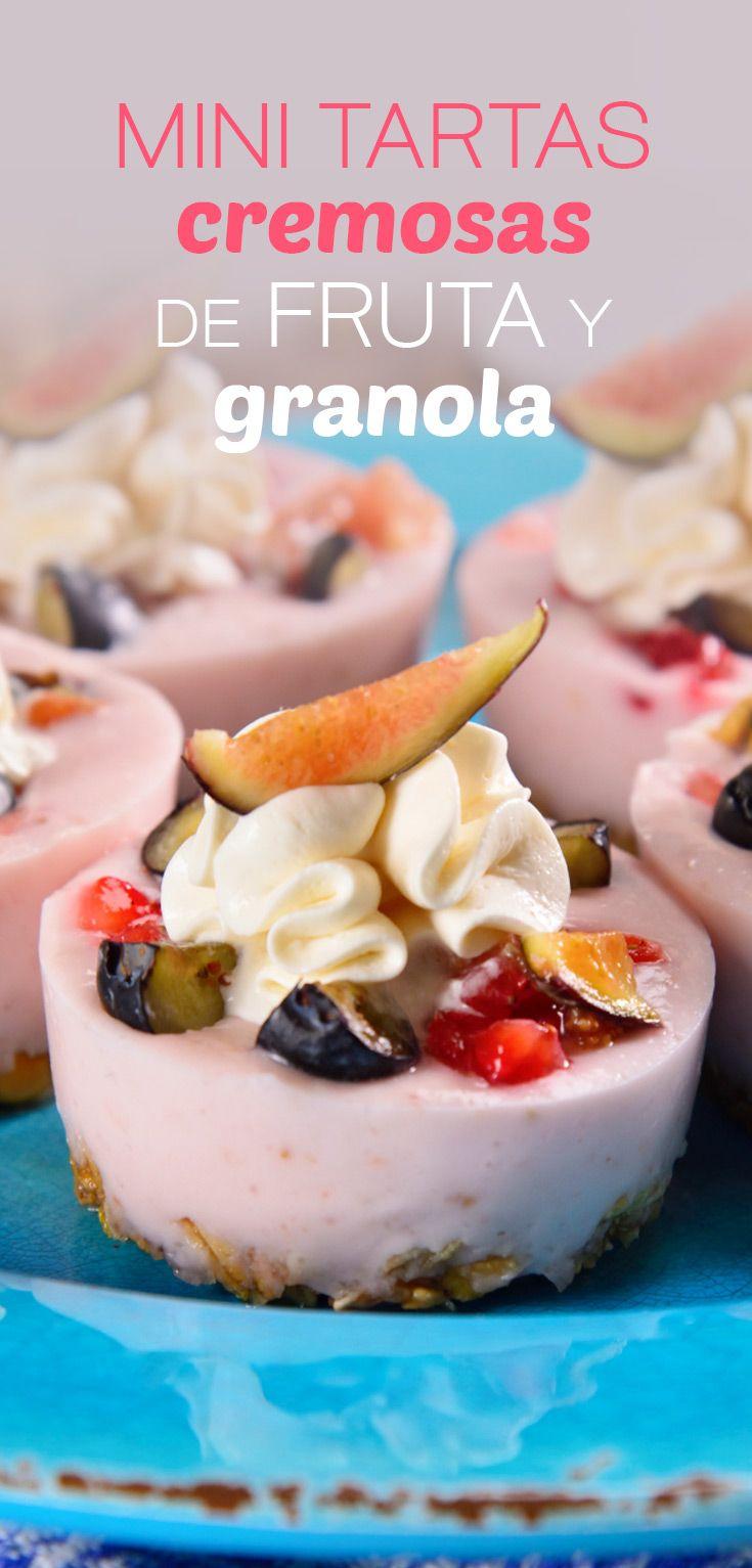 Ricas tartitas saludables con una base de granola dulce, cubierta cremosa de mousse de yoghurt con frutos rojos y pedacitos de frambuesa, zarzamora e higo. Si buscas un postre saludable que puedas hacer rapidísimo, te invitamos a que pruebes esta fabulosa receta.