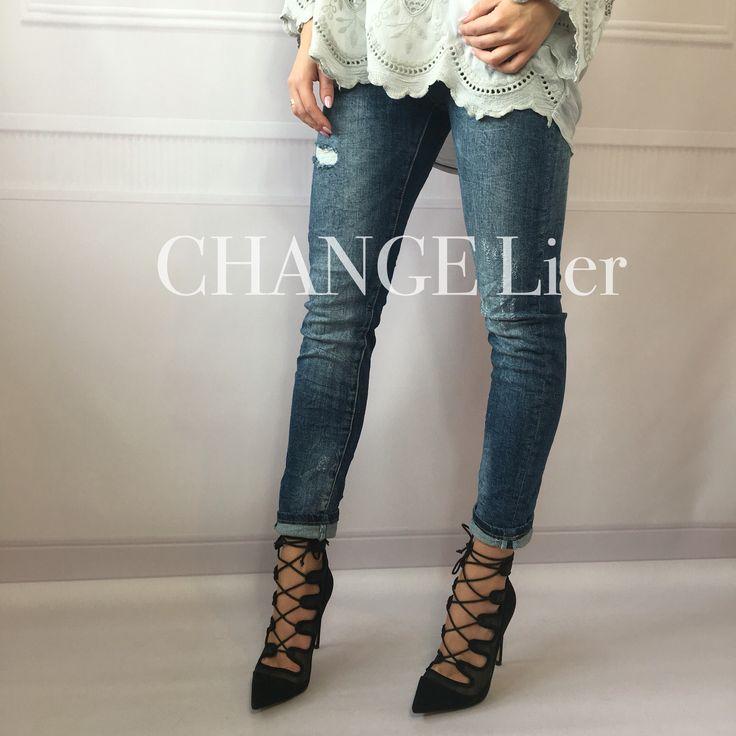 New❤️ Jeansy - element w garderobie każdej kobiety❤️ Klasyczny fason, delikatne przetarcia ✨ Dopełnienie każdej stylizacji Na co dzień połącz je z t-shirtem, na wieczór dodaj szpilki, parę dodatków i STYLIZACJA gotowa❤️ Rozmiar S Szerokość w pasie - 34cm  Rozmiar M  Szerokość w pasie - 37cm  #shop#online#fashion#fashionstyle#top#hit#trousers#jeans#girl#polishgirl#instalook#shopping#change#lier#