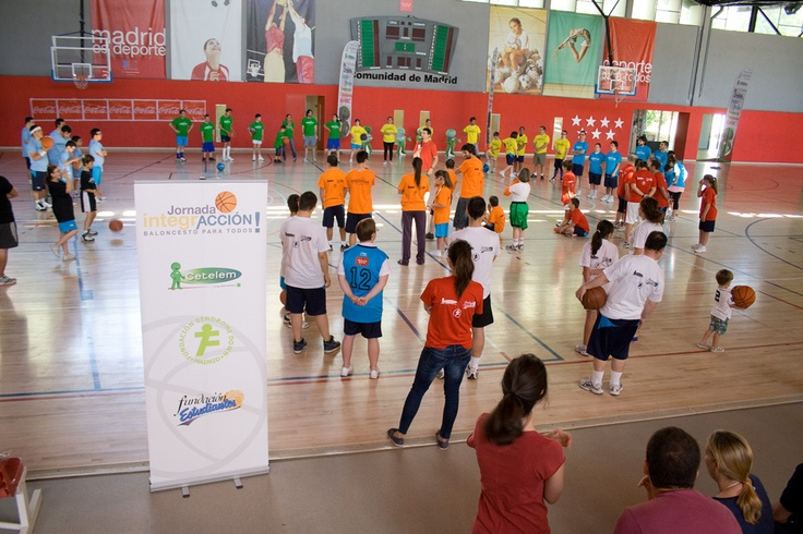 Jugadores de Baloncesto para Todos y colaboradores de Cetelem durante la I Jornada de IntegrAcción