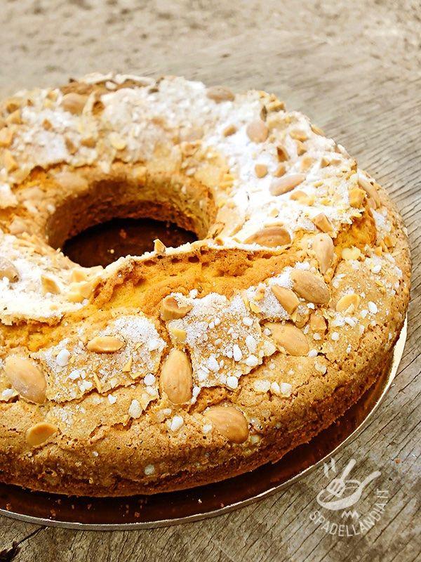 La Ciambella alle mandorle è una squisitezza semplice, di sapore rustico, ideale per un dolce e accogliente risveglio!