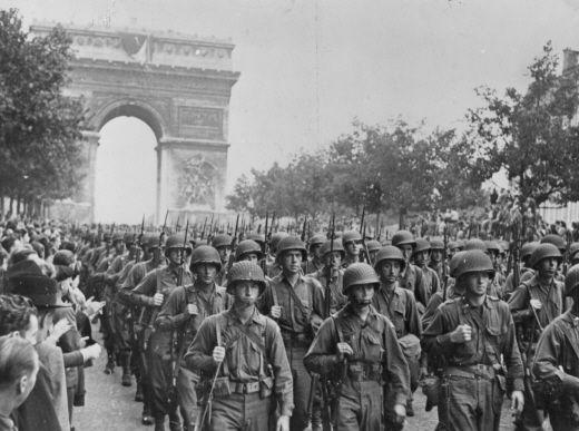 Amerikaanse soldaten marcheren over de Champs-Elysées