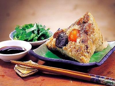 【食在好味】 端午節 吃粽子  粽子是大中華地區、日本關西至北陸地區、越南端午節的傳統食品。每到端午節前夕,家家戶戶都要浸糯米、洗粽葉和包粽子,除自家吃外,親友之間還相互饋贈。端午吃粽子習俗源自中國東漢,當時,人們已習慣於五月五日及夏至期間開始吃獨具清香而消暑的粽子了在荊楚地區,煮糯米飯或蒸粽糕投入江中,以祭祀屈原。以後漸用粽葉包米代替竹筒。現在各地粽子不論造型或內容,都有五花八門的變化。  直至今日粽子的變化許多,不僅餡料多變,甚至還有冰粽、甜粽、紫米粽等各式各樣的粽子。   分享來源: wiki
