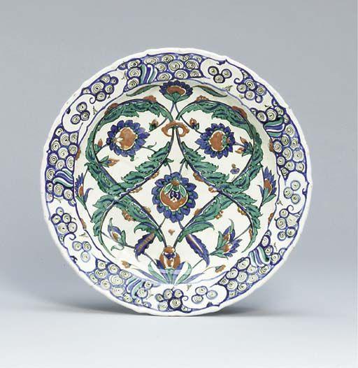 AN IZNIK POTTERY DISH OTTOMAN TURKEY, CIRCA 1580