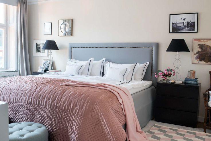 Sovrum med klädd sänggavel i grått tyg