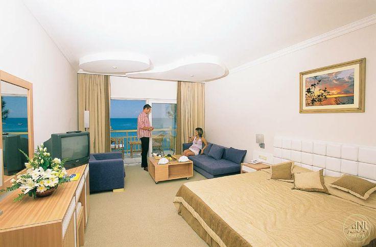 Tamamen yenilenmiş tesis odalarında iki adet tek kişilik veya bir çift kişilik yatak, bazı odalarda sofa, uydu yayınlı 82 ekran Led Tv, direkt hatlı telefon, minibar bulunmakta.