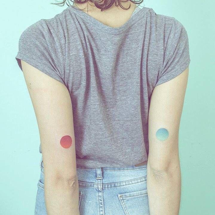 Tatuajes coincidentes de dos círculos con gradiente situados en el tríceps, hechos punto a punto. Tattoo Artist: Nano · Ponto a Ponto