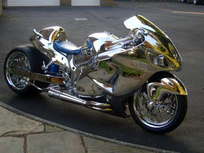 How to add more dynamic to the fastest bike in the world? Well... with the airbrush and a skillful artist... Suzuki Hayabusa has a top...