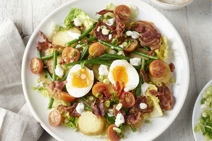 Salades enkel voor in de zomer? Dan heb je deze heerlijke warme aardappelsalade met krokante pancetta en een zalig zacht smeuïg eitje nog niet geprobe...