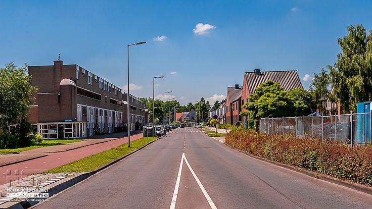 BEVERWAARD - 20140608 - De Beverwaardseweg als grens tussen Beverwaard (links) en Oud IJsselnonde (rechts)