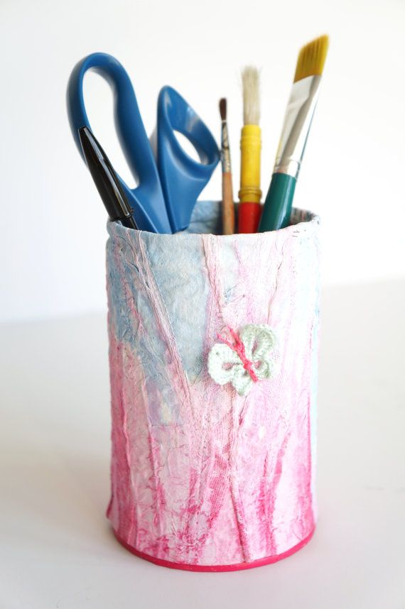 Grand pot à crayons bleu et rose, métal recouvert, décoration papillon, presse papier, le rire de l'arc-en-ciel