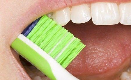 (Zentrum der Gesundheit) Das regelmässige Reinigen der Zähne ist für deren Gesunderhaltung unerlässlich, das weiss heute bereits jedes Kind. Doch was genau ist zu tun, um Zähne und Zahnfleisch wirklich frei von gefährlichen Bakterien zu halten? Schliesslich sind sie verantwortlich für die Entstehung von Karies, Parodontitis und Parodontose - und somit auch im schlimmsten Fall für den Zahnverlust. Ist hierzu die Verwendung synthetischer Zahncremes und antibakterieller Mundwässer tatsächlich…
