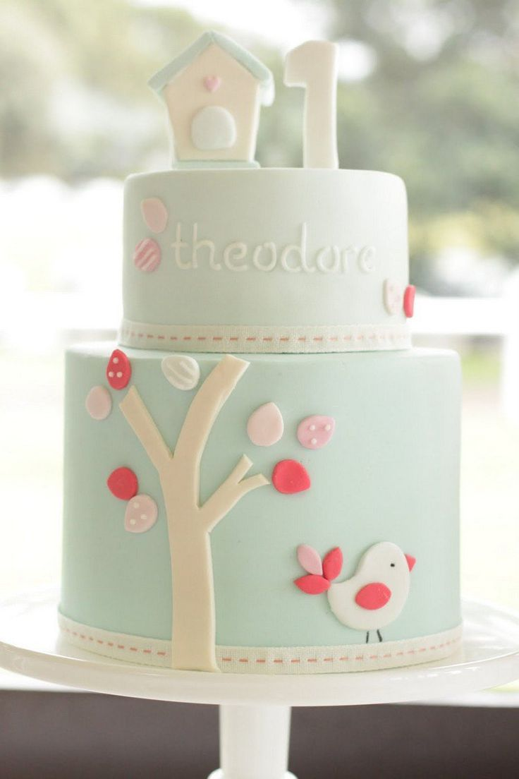 gâteau d'anniversaire pour bébé fille orné de motif arbre et oiseau