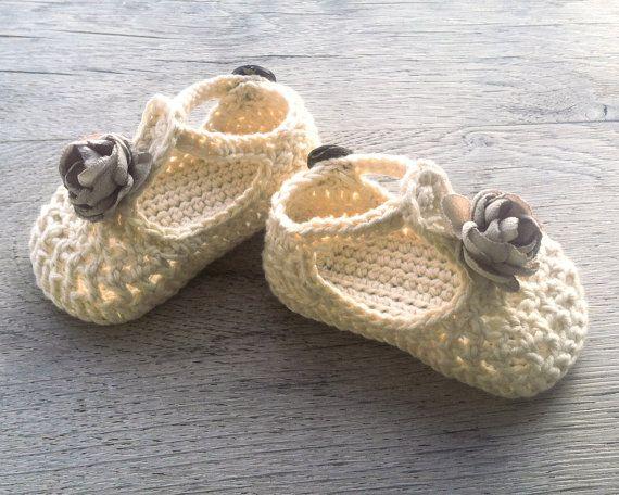 SAUCE del ganchillo zapatos de bebé crema  Listo para nave-4.5 envío mundial eur    TAMAÑO: 3-6 meses (única longitud aprox. 10 cm/4 pulgadas)  HILADO: 100% algodón, hecho en EU, certificado de Oeko-Tex®  CUIDADO: Lavado de manos y secado recomendado. Antes de poner secar, moldear con los dedos.   Todos los artículos se hacen humo gratis y mascotas gratis Inicio. Ofrecemos el envío por correo certificado.  (tiempo de entrega es 7-14 días para Estados Unidos / Australia/Canadá y 5-8 días para…