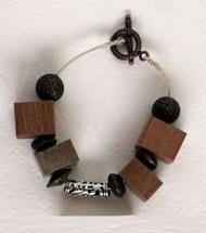 Collana in scarti di legno pregiato alternati a pietre di qualità, by Le Collane di Evelina