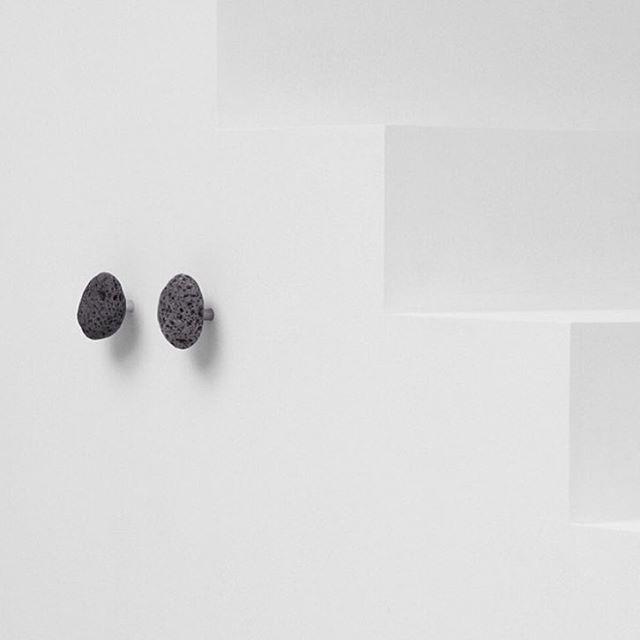 Endelig er stone hooks fra @normanncph i butikken. De er laget av naturlige islandske steiner, noe som gjør hver og en unik⭐️
