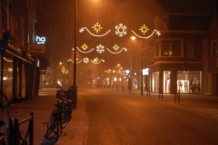 Kerstverlichting in nachtelijk Haren. Foto: Marco in 't Veldt