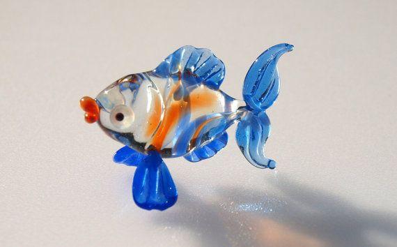 Schattige glazen meerkleurige vis. Grillige beeldje met een heleboel details en persoonlijkheid. Uitstekende toevoeging aan je glas menagerie collectie