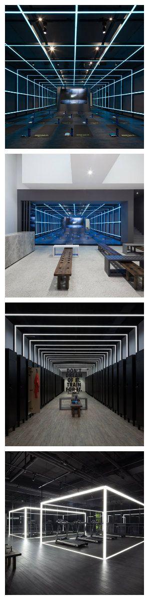"""Шанхайская дизайн-студия превратила художественную галерею в тренажерный зал и студию для бренда Nike.  Ее пространство занимают два высокоэффективных тренажерных зала, гостиная и зона для выставки продукции. Интерьер студии разработан вокруг тем """"прозрачности и бесконечности"""" и использует неоновое освещение, линейные узоры и отражающие поверхности по всему помещению.  Светодиоды светодизайн освещение"""