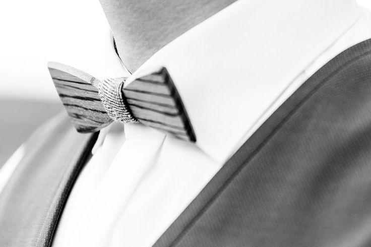 Love this wooden bow tie seen by bewooden.de – eine Fliege aus Holz – ein großartiges Accessoire für den Bräutigam – rustic summer wedding – rustikale Sommerhochzeit – liebevolle Hochzeitsfotografie für wundervolle Paare