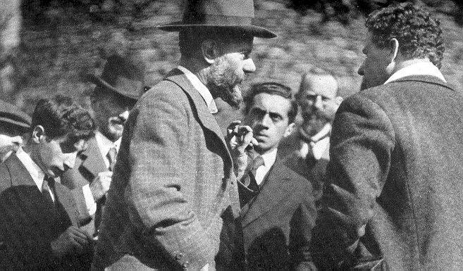 Max Weber 1917 at the Lauensteiner Tagung. In background: Ernst Toller
