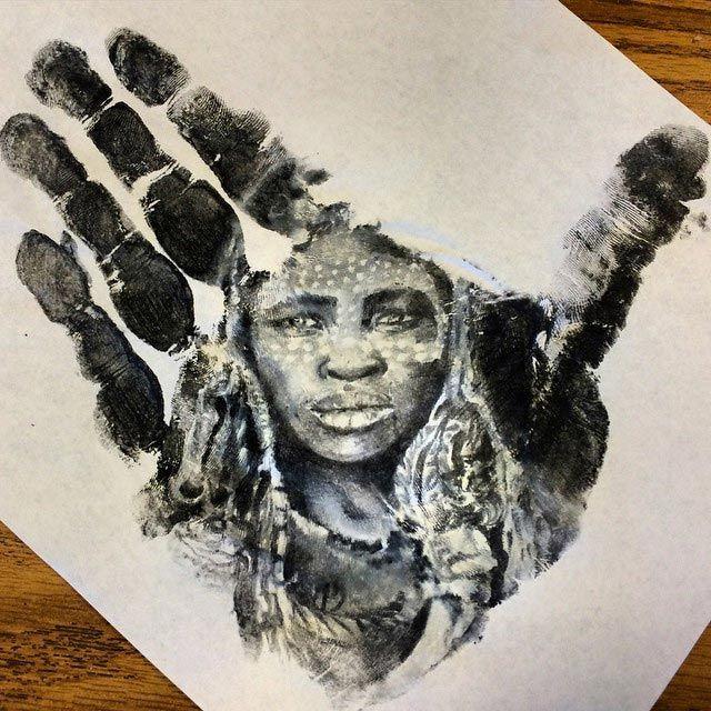 Учитель начальных классов рисует на своей ладони реалистичные портреты и затем делает отпечаток на бумагу