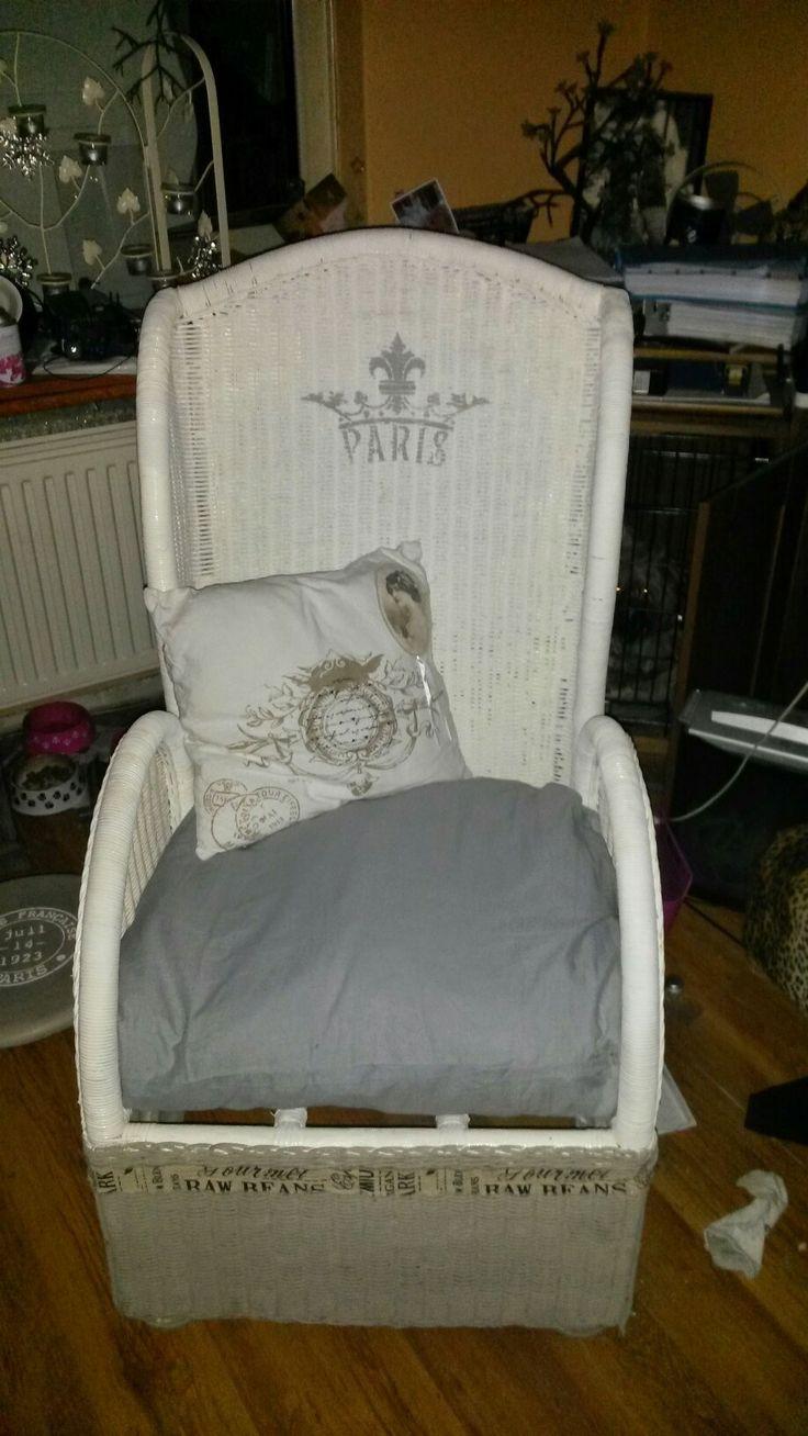 Oude rotan stoel gevonden bij het grofvuil. Geheel opgeknapt met krijtverf van Annie Sloan, sjabloon gekocht bij www. Shabbytreats.nl, kussentje can Action evenals de decoratie rand.