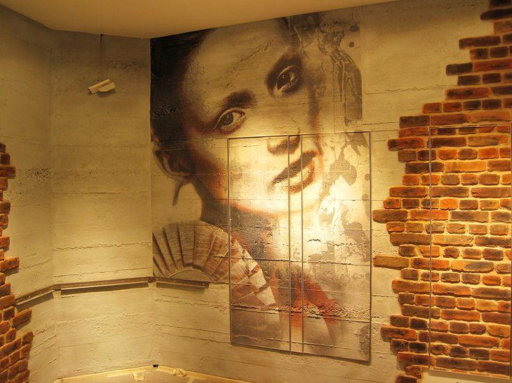 Belleza sobre el muro, con hormigón y ladrillo macizo. Beauty over the wall, with concrete and rough brick. #DressYourWall #Architecture #WallPanels