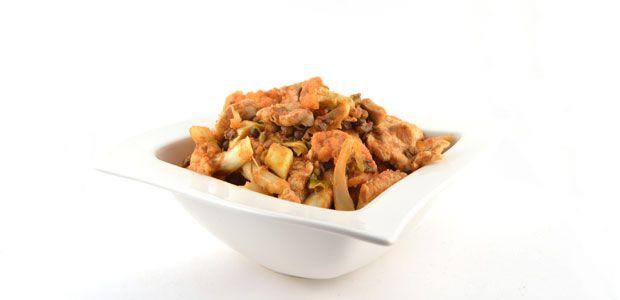 Deze Thaise kipcurry met bloemkool en linzen is een simpel, snel en gezond recept. Super pittig, dus let op. Wees voorzichten met de hoeveelheid curry paste