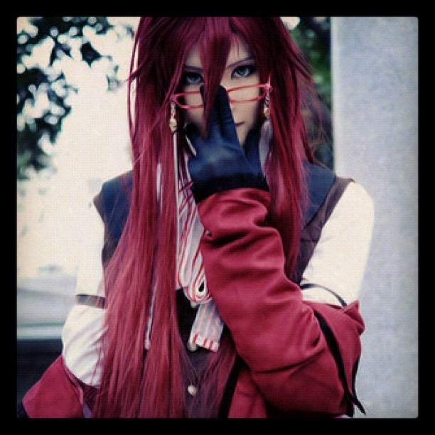 This is a great cosplay. I would like to try out a Grell costume some time, It would be really fun.