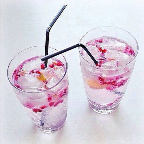 Image via We Heart It https://weheartit.com/entry/152257881 #cold #drinks #flowers #fruit #pink #water