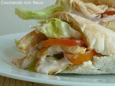Sandwich de pollo en pan pita