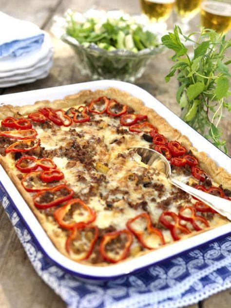 Den perfekta bjudpajen. Servera med en sallad med urkärnad, skivad gurka och fetaost. Peppra och ringla över olivolja.