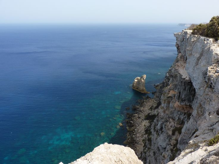2  A Punta Caladritta lo sguardo vaga a trecentosessanta gradi, non ha ostacoli, l'orizzonte è dappertutto.