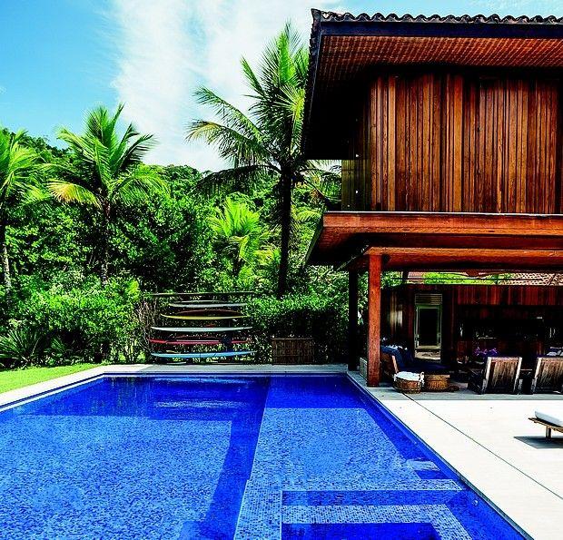 Área de lazer: a piscina é revestida de pastilhas de vidro em dois tons de azul, da Vidrotil, e abriga, em um dos cantos, uma hidromassagem arquiteto Thiago Bernardes