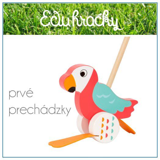 Prvé kroky s papagájom na paličke. Pestrofarebný papagáj z dreva s paličkou na tlačenie spríjemní prvé prechádzky najmenších detí. Gumené nohy na kolieska pri pohybe veselo čapcú a podporujú tak dieťa k pohybu
