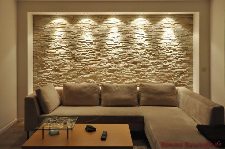 Wohnzimmerwand mit eingelassen Riemchen und Spotbeleuchtung
