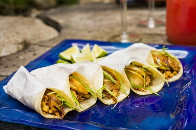 Pork Tinga Tacos - en meksikansk spesialitet med svinekjøtt og spicy tomatsaus.