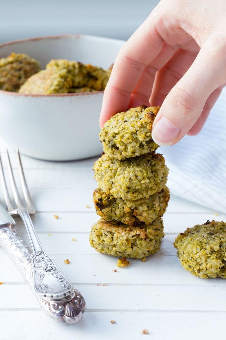 These broccoli quinoa bites make a great lunchbox snack for yourself or the kids and you can keep them in the fridge for up to three days.