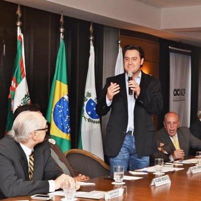 """Na noite de ontem participei de encontro na Associação Comercial do Paraná. Reafirmei o compromisso de estimular a geração de emprego e renda. """"Vamos isentar os ISS das empresas que faturam até 180 mil reais por ano, no primeiro ano. Vou ba  ixar o ISS do setor hoteleiro de 5% para 2,5%. Evitando, desta forma, a bitributação e estimulando a geração de emprego."""" E deixei claro que no meu governo entidades como a ACP serão parceiras."""