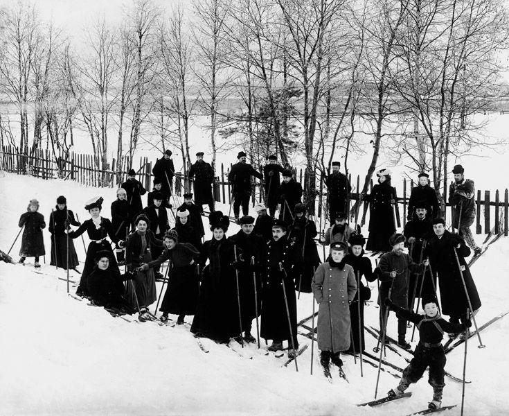 Члены кружка любителей лыжного спорта «Полярная звезда», 1913 г.