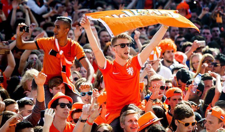 Als Nederlander kan je er niet aan ontkomen: de kleur oranje. Iedereen heeft wel een sjaal, shirt of pet liggen in deze Hollandse kleur. Het Rotterdamse cultureel centrum WORM vraagt iedereen nu oranje spullen in te leveren om de vluchtelingen er blij mee te maken....