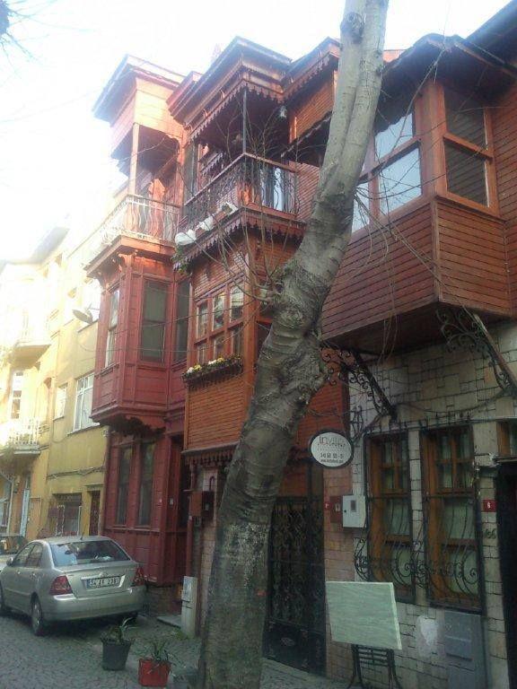 Mahalle berberinde traş olmak, Betty Blue'da ya da mahalle kahvesinde kahve içmek, ıhlamur ağaçları ile dolu sokakta yürümek çok keyifli... Daha fazla bilgi ve fotoğraf için; http://www.geziyorum.net/kuzguncuk-gezisi/